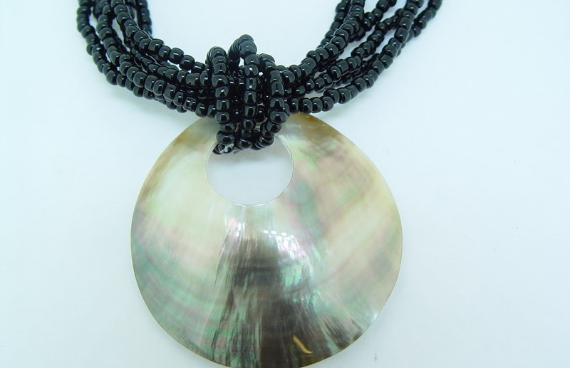 40 mm black lip shell necklace
